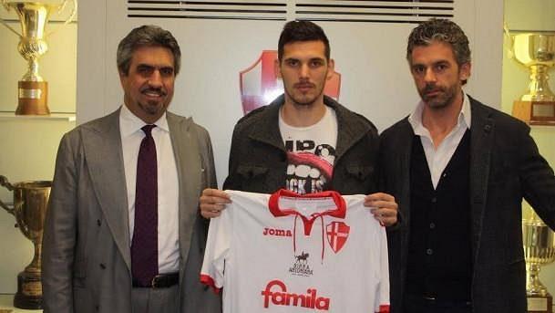 Renato Kelič (uprostřed) už pózuje s dresem Padovy.