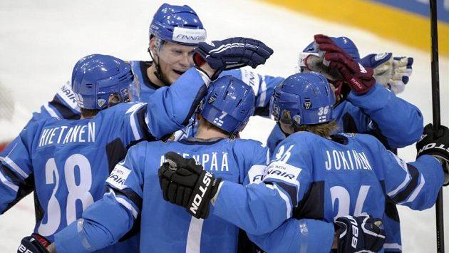 Finští hokejisté Juuso Hietanen, Mikko Koivu, Miko Mäenpää, Jussi Jokinen a Valteri Filippula se radují z gólu proti Kazchstánu.