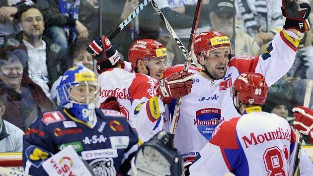 Hokejisté Český Budějovic Pavel Kašpařík (vpravo) a Jiří Šimánek se radují z gólu, který vstřelili za záda libereckého brankáře Marka Pince.