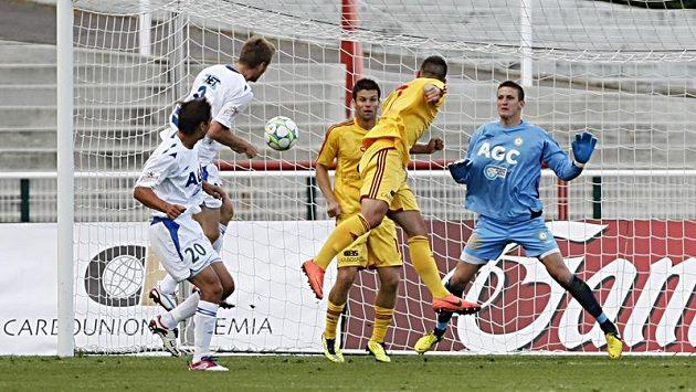 Vojtěch Přeučil z Dukly střílí gól do teplické sítě.