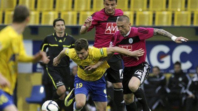 V popředí teplický hráč Martin Jindráček, za ním vpravo Tomáš Řepka a vzadu Filip Rýdel, oba z Českých Budějovic.