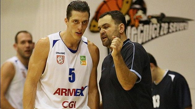 Kouč děčínských basketbalistů Pavel Budínský v diskusi s křídelním hráčem Tomášem Pomikálkem.