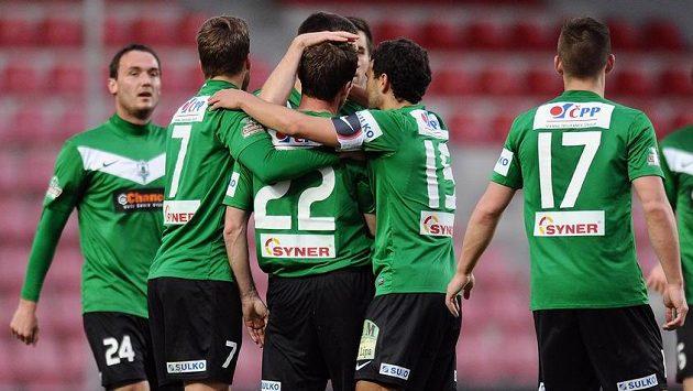Hráči Jablonce oslavují Čížkův gól na Spartě.