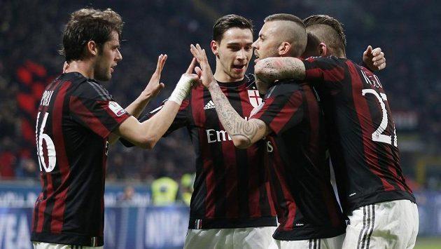 Jérémy Ménez (druhý zprava) slaví svou trefu proti Alessandrii, AC Milán si s přehledem došel pro postup do finále Italského poháru.