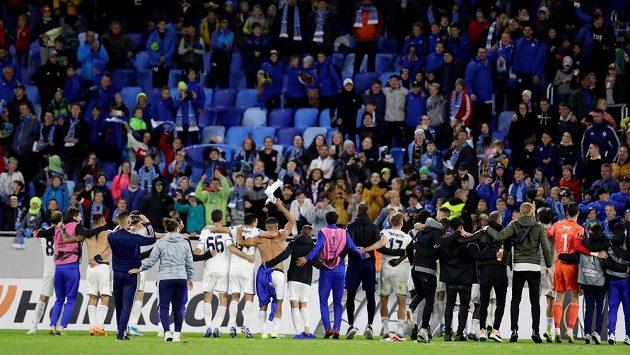 Fotbalisté Slovanu děkují fanouškům - dětem po senzační výhře nad Besiktasem.