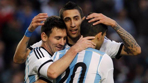 Fotbalisté Argentiny Lionel Messi (vlevo), Ángel Di María (uprostřed) a Sergio Agüero se radují z výhry v přípravě nad Slovinskem.