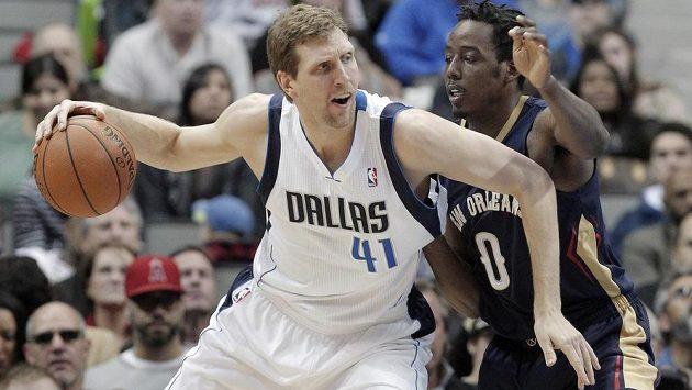 Dirk Nowitzki (vlevo) z Dallasu v souboji s Al-Farouq Aminuem z New Orleans.