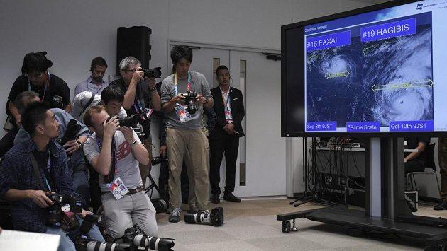 Satelitní snímek tajfunu Hagibis během tiskové konference na MS v ragby.
