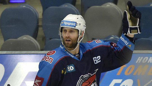 Útočník Vladimír Růžička z Chomutova se raduje z gólu, kterým v prodloužení rozhodl utkání s Třincem.