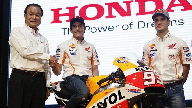 Marc Márquez (uprostřed) a jeho týmový kolega Dani Pedrosa (vpravo) před nedávnem bezstarostně pózovali s šéfem Hondy Takanobu Item. Teď má Márquez nečeakané problémy.