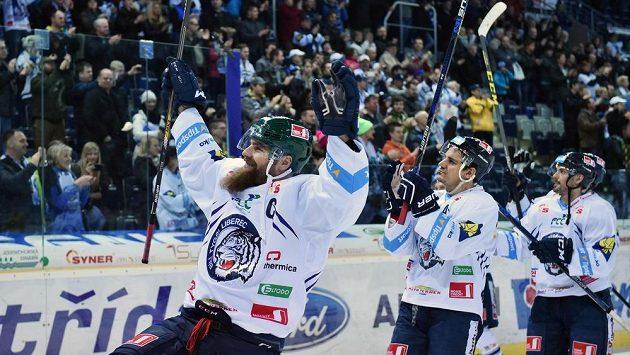 Liberečtí hokejisté slaví s fanoušky vítězství nad Zlínem a zároveň už jistý zisk Prezidentského poháru. Zleva obránce Jan Výtisk a Branko Radivojevič.