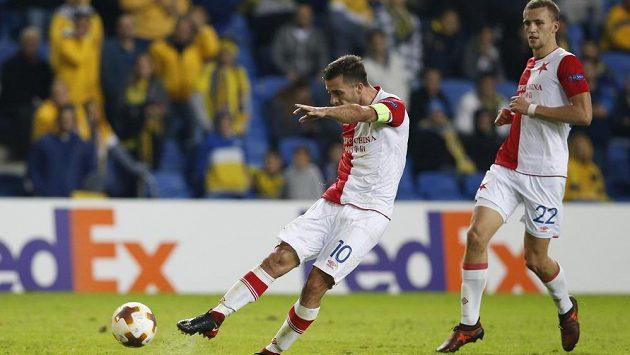 Záložník Slavie Praha Josef Hušbauer v nastavení první půle zápasu Evropské ligy proti Maccabi Tel Aviv napřáhl a míč skončil přesně v šibenici. Slavia vedla 1:0.