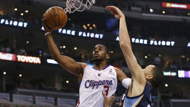 Chris Paul z Los Angeles Clippers střílí na koš v utkání proti Memphisu, brání ho Tayshaun Prince.