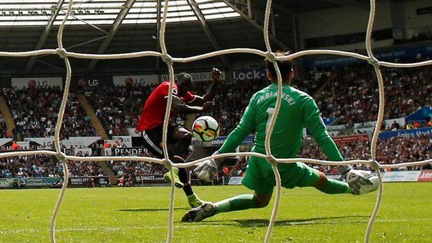 Romelu Lukaku z Manchesteru United překonává gólmana Swansea Lukazse Fabianského.