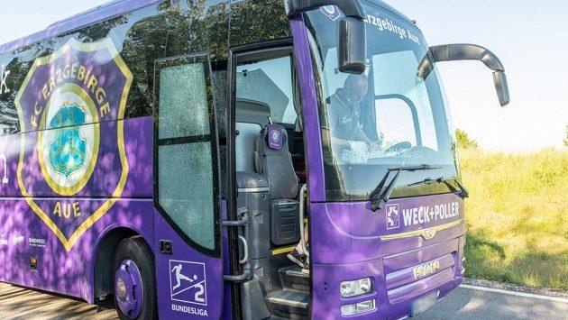 Autobus s fotbalisty Aue měl na cestě k pátečnímu zápasu druhé německé ligy v Norimberku nehodu