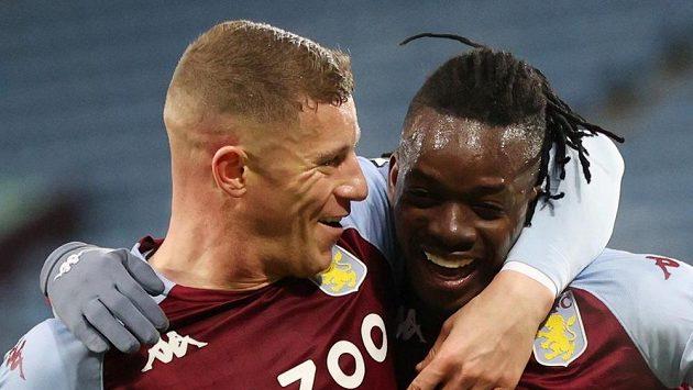 Bertrand Traoré (vpravo) a Ross Barkley z Aston Villy se radují z gólu proti Newcastlu.