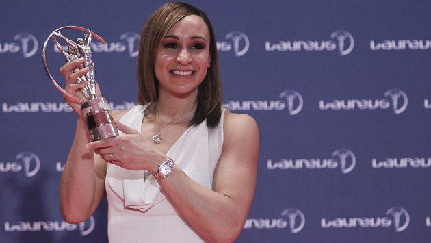 Britská vícebojařka Jessica Ennisová s trofejí.