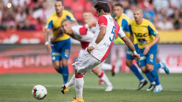 Halil Altintop ze Slavie proměňuje nařízenou penaltu.
