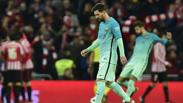 Zklamaná hvězda Barcelony Lionel Messi po pohárové porážce s Bilbaem.