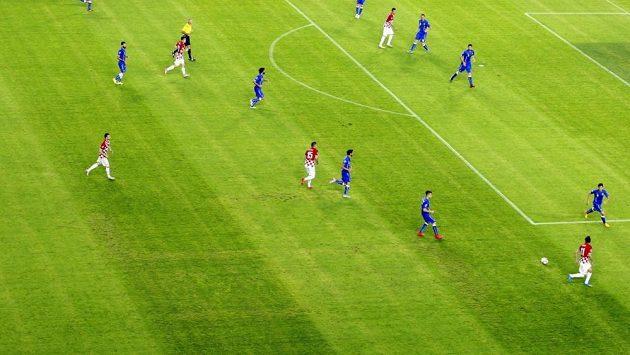 Nepatrně zamaskovaný hákový kříž na trávníku ve Splitu, kvůli tomuto prohřešku UEFA odečetla Chorvatům jeden bod z kvalifikace ME 2016.