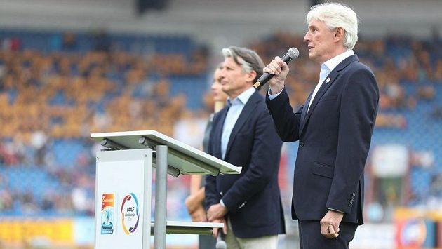 Předseda Českého atletického svazu Libor Varhaník hovoří při slavnostním zahájení po boku šéfa světové atletiky Sebastiana Coea.