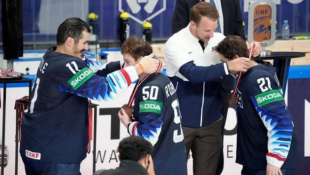 Hokejisté USA přebírají bronzové medaile od svého zraněného kapitána Justina Abdelkadera (vpravo) a jeho nástupce Briana Boylea