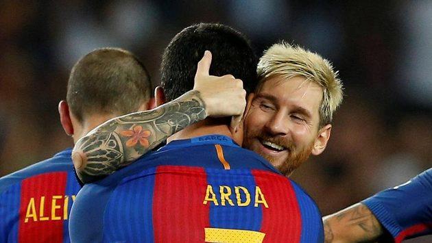 Arda Turan (vlevo) přijímá gratulaci od největší hvězdy Barcelony Lionela Messiho.