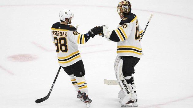 Hokejista Bostonu David Pastrňák (vlevo) s brankářem Tuukkou Raskem po šestém finále nhl.