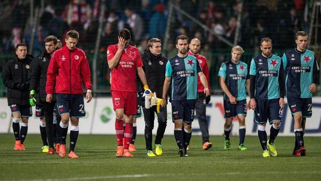Zklamaní fotbalisté Slavie Praha (Milan Škoda, Jiří Pavlenka, Josef Hušbauer, Tomáš Jablonský a Tomáš Souček) po utkání v Mladé Boleslavi.