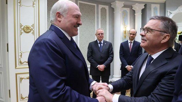 Běloruský prezident Alexandr Lukašenko vítá v Minsku šéfa IIHF Reného Fasela.