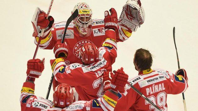 Radost třineckých hokejistů po vítězství v pátém finálovém duelu s Litvínovem.