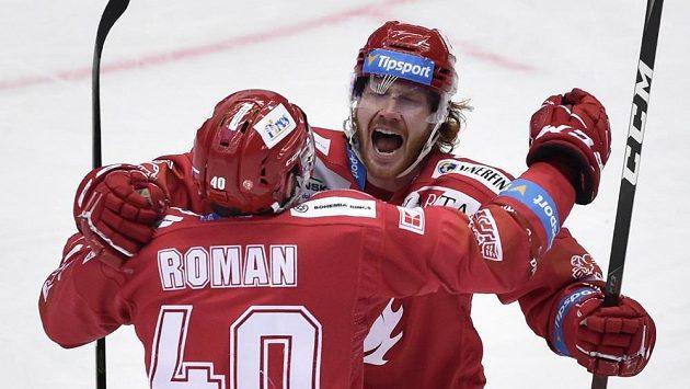 Hráči Třince se radují. Zleva Miloš Roman a autor gólu Wiliam Jack Rodewald.