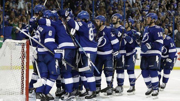 Hokejisté Tampy Bay Lightning se radují z postupu do semifinále Stanley Cupu.