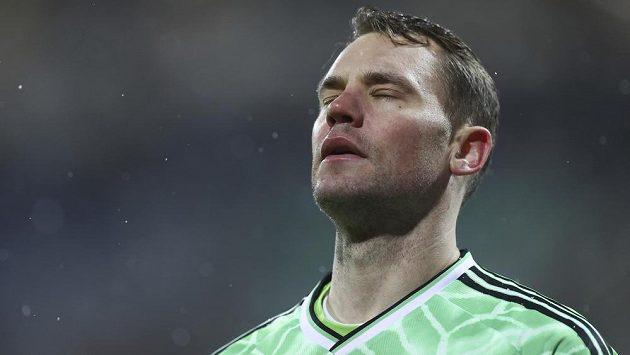 Zklamaný brankář Bayernu Manuel Neuer při utkání s Kielem.