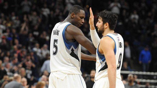 Basketbalisté Minnesoty Timberwolves Gorgui Dieng (5) a Ricky Rubio (9) slaví vítězství proti Portlandu.