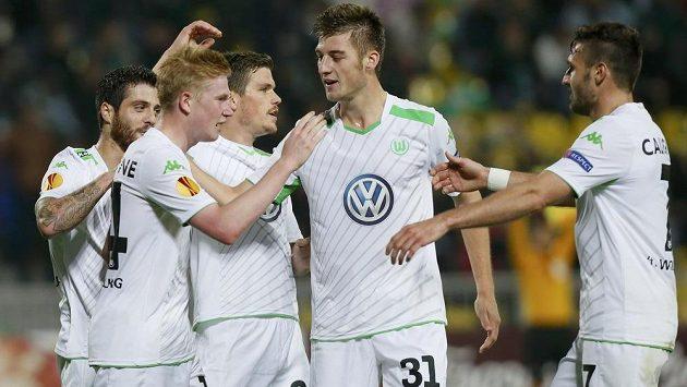 Fotbalisté Wolfsburgu se radují z gólu (ilustrační foto).
