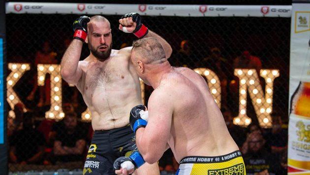 Souboj těžkých vah vyzněl lépe pro Martina Budaye (vlevo), který porazil v titulovém souboji Kamila Mindu.