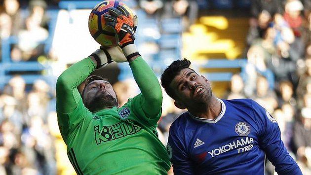 Diego Costa, autor vítězného gólu Chelsea, v souboji s brankářem Benem Fosterem z WBA.
