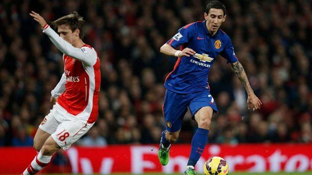 Ángel di María (vpravo) z Manchesteru United v souboji s Nachem Monrealem z Arsenalu.