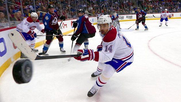 Tomáš Plekanec z Montrealu sleduje puk v utkání NHL proti Coloradu.