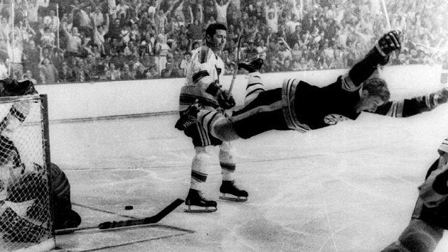 Obránce Bobby Orr letí vzduchem poté, co gólem v prodloužení proti Torontu zajistil v roce 1970 Bostonu Stanley Cup.