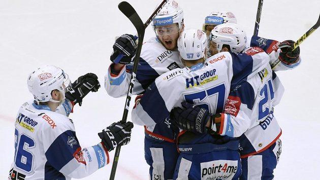 Hokejisté Komety Brno se radují z gólu ve finále extraligy na ledě Třince.