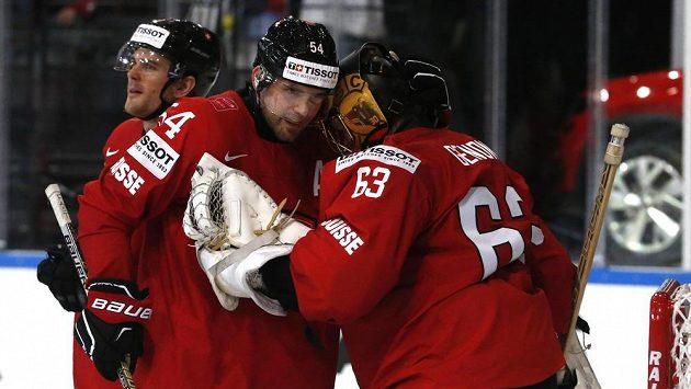Švýcaři Philippe Furrer (54) a Leonardo Genoni (vpravo) po utkání s Bělorusy.