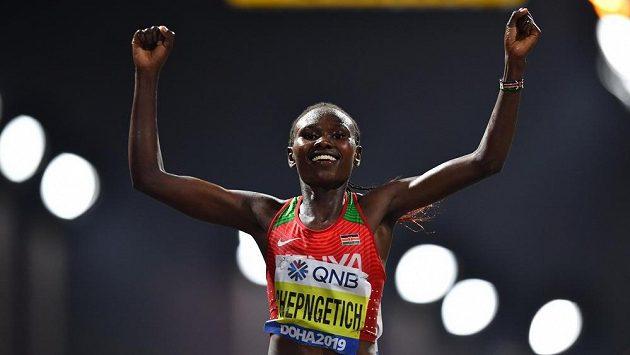 Keňanka Ruth Chepngetichová slaví zlato z maratonu.
