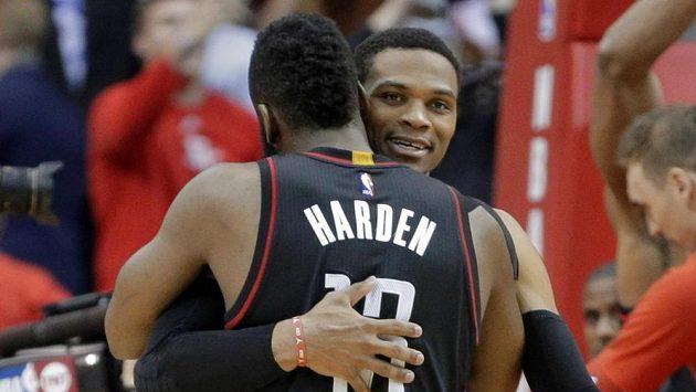 Basketbalisté Houstonu Rockets v radostném obětí během duelu s Oklahomou.