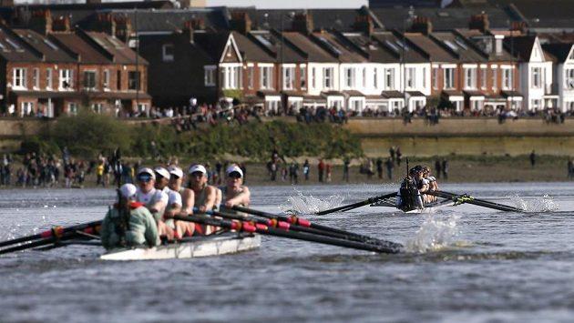 Osmiveslice Oxfordu (vpravo) před posádkou Cambridge.