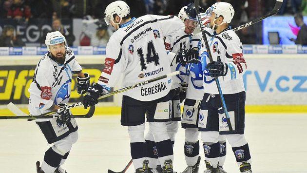 Hokejisté Plzně se radují z prvního gólu, který dal Milan Gulaš do olomoucké sítě (vlevo) ve čtvrtfinále play off.