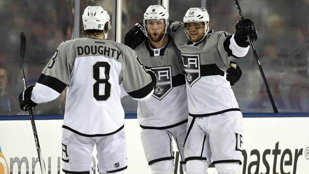 Marián Gáborík (vpravo) slaví rozhodující trefu do branky San Jose. Spolu s ním se raduje Jake Muzzin (uprostřed) a Drew Doughty.