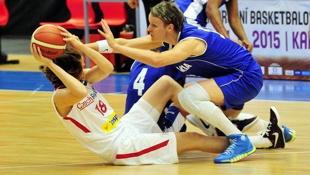 Tereza Pecková (vlevo) v souboji o míč s Annou Jurčenkovou ze Slovenska.