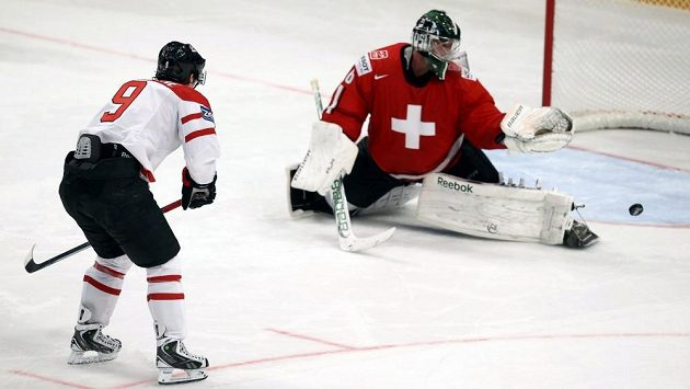 Švýcarský brankář Martin Gerber (vpravo) v utkání proti Kanadě.